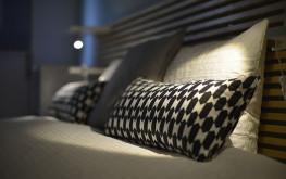 Habitación Confort del hostal en Madrid con un diseño rústico con cama doble.